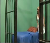 Blondine in schwarzem Gefängnis