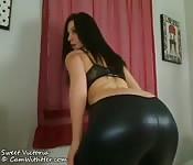 Heiße Frau in sexy Latexhose bei Fetischsolo