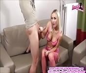 dünne blonde milf in pink mit geilen titten