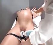 Von ihrer Gynäkologin masturbiert