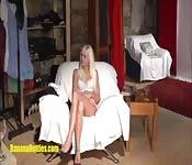 Sexy Blondine stellt sich bei ihrem ersten Casting zur Schau