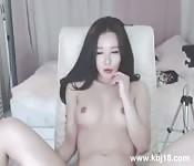 Una ragazza eccitata si masturba
