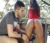 Una giovane coppia amatoriale che scopa all'aperto
