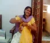 Una casalinga indiana fa vedere le bocce in camera