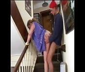 Er fickt die Putzfrau im Treppenhaus