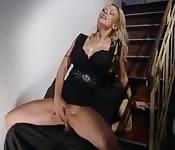 Rubia caliente cabalga en la escalera