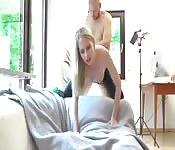 Blondine genießt Fetischsex in Latex