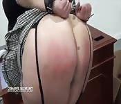 Devotes Babe lässt Arsch auspeitschen