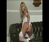 Blonde MILF mit großen Titten besorgt es sich selbst
