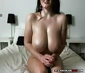 Cycata laska z kamerką bawi się swoimi dildo
