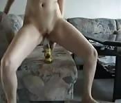Blonde Amateurin ist geil und spielt mit Flasche rum