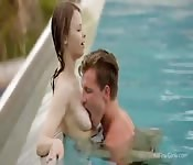 Passione fra fidanzati in piscina