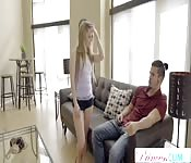 Junger blonder Teenie lutscht Schwanz