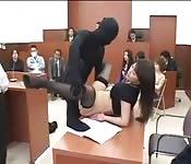 Japonesa follando en el tribunal