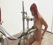 Roodharige doet het op een melkmachine