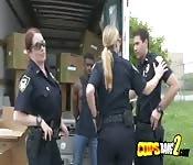 Policías se aprovechan de una polla dura