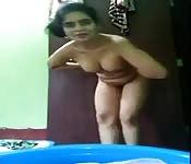 Una bella teenager indiana a gambe aperte