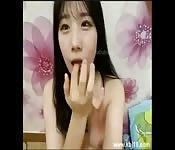 Koreanische Schlampe spielt mit Schwanz