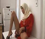 Nena árabe se masturba para comenzar el día