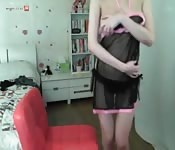 Chica asiática solitaria en su habitación