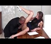 Heiße Sekretärin verrückt vom Chef gefickt