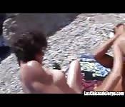 Scopata in spiaggia con due troie