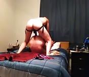 Escandalosa acción de aficionado en una cama doble