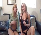 Belle sorelle che mettono in mostra i loro corpi