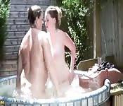 Grosses lesbiennes s'amusent dehors
