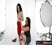 MILF photographe embrasser avec le modèle
