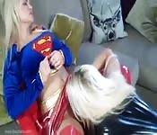 Fetichismo, superhéroes y sexo lésbico