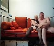 Transa hardcore e masturbação mutua de um casal de maduros