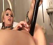 Ashlynn Brooke bouge ses hanches derrière les barreaux