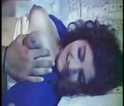 Acariciando os peitos da sua tia