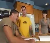 Er fickt die Mutter seines besten Freunds in der Küche