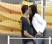 twee mensen betrapt terwijl ze elkaar laten genieten