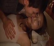 Un ragazzo giapponese scopa una ragazza che dorme