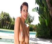 Montrer ses seins à la piscine