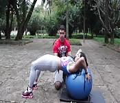 Una donna atletica si allena nel parco