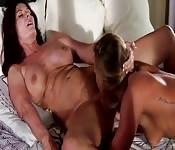 Zwei lesbische MILFs haben Spaß miteinander