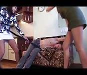 Zwei Schülerinnen ficken einen Klempner in den Arsch