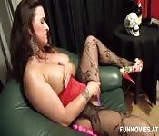 Mina com meias vermelhas