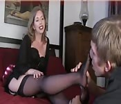 Blonde MILF in Strümpfen lässt Typen ihre Füße verehren