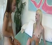 Une blonde et une brunette se bouffent leurs chattes