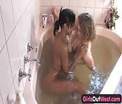 Geile lesbiennes in het bad