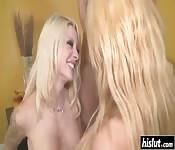Heiße Blondine lutscht Freund Schwanz