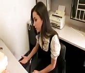 Chefin fickt ihre Angestellte