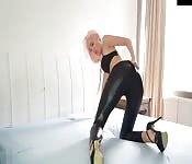 Blonde sexy en pantalon de cuir