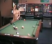 Nacke brünette Polin spielt Billiard