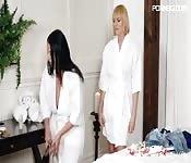 Angela massiert ihre Freundin